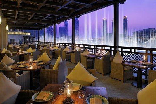 مطعم مانجو تري من اشهر مطاعم مطله على نافورة دبي