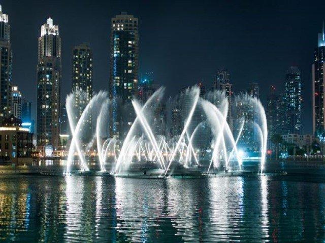 نافورة دبي من من اشهر الاماكن السياحية في دبي