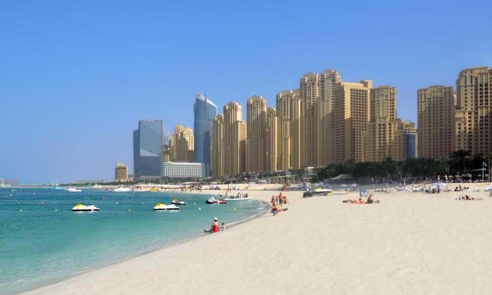 شاطئ جميرا المفتوح في إمارة دبي بدولة الإمارات