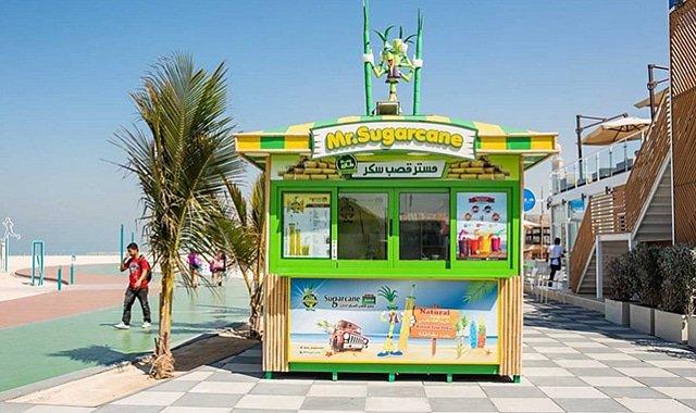 أكشاك المطاعم والمقاهي في شاطئ كايت بيتش دبي